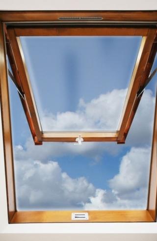 Finestra da tetto con apertura a compasso - Altezza parapetto finestra ...